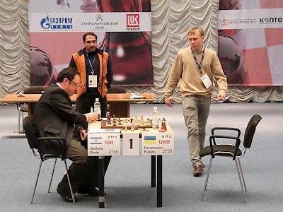 Ruslan Ponomariov debout face à Boris Gelfand © Site Officiel