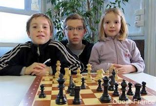 Maxence (à gauche), Clément et Charlotte se sont qualifiés pour les championnats de Basse-Normandie d'échecs