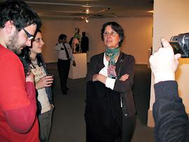 Elena Oliveras hablando de la obra