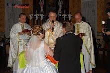 3 padres realizando a cerimônia, todos eles são parentes da noiva!