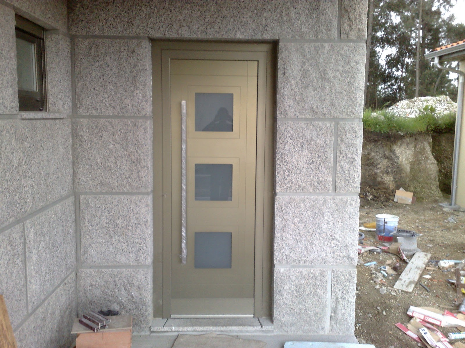 #796D52 Porta de entrada em aluminio com painel com vidros embutidos 972 Porta De Madeira Com Janela De Aluminio Combinam