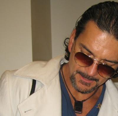 Ricardo Arjona, vestido al estilo Santo Pecado, en Los Angeles