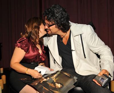 Ricardo Arjona abraza a Rocio