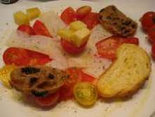 Tomato salad with Grana Padano cheese and raisin bread