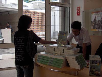 Stan buku di Erasmus Huis.