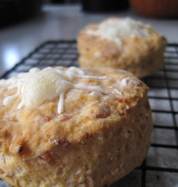 Sarah Bear Crafts: Chipotle-Cheddar Biscuits