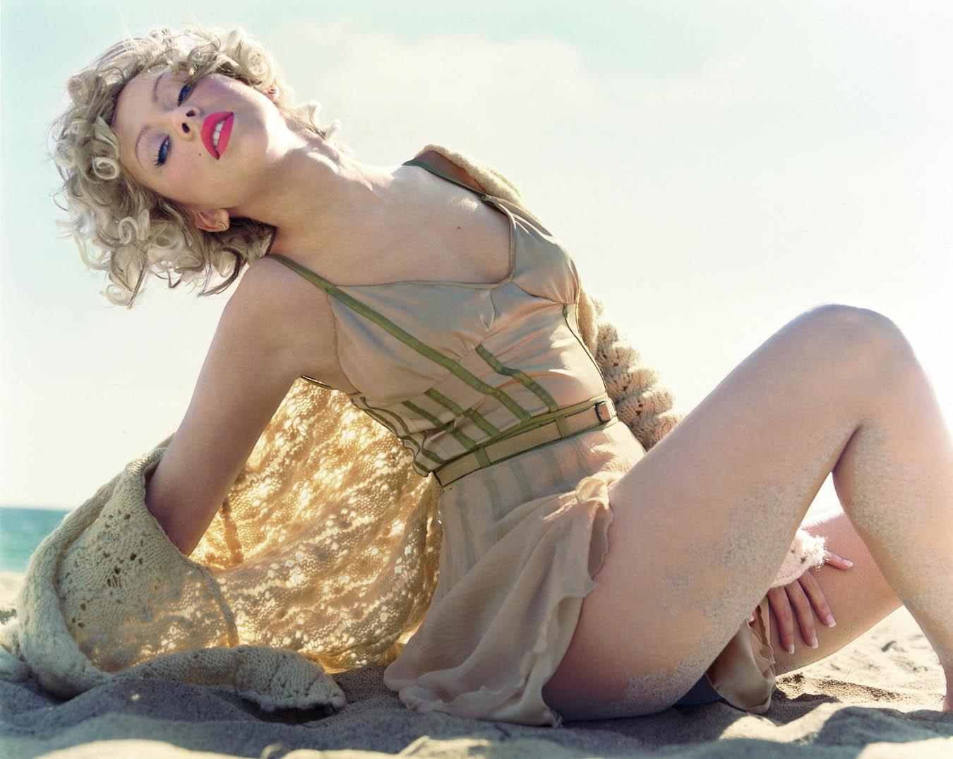 http://1.bp.blogspot.com/_hZhRJKi4uPk/TFLpU6TVyaI/AAAAAAAAAOE/6IKJjqKBTYQ/s1600/christina_aguilera_mag_blond_5_big.jpg
