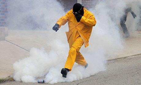 http://1.bp.blogspot.com/_harpqh_9IwQ/SrvnbypclrI/AAAAAAAABMU/-xfii-khGQU/s1600/teargas.jpg