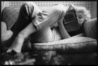 Marilyn Monroe leyendo un libro