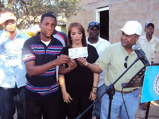 Alcalde Serie  23 encabeza entrega de cheques a instituciones.