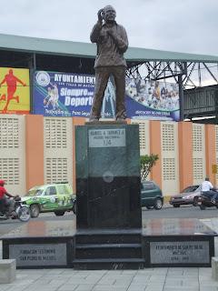 Alcalde Ayto. Serie 23 inaugura Monumento dedicado a Manolo Tavares Justo.