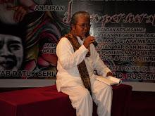 Dr. Ibrahim Gafar sedang mendiklamasikan sajaknya.