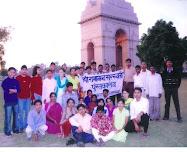 पुस्तकालय नाट्य दल के लडके और लडकियाँ इंडिया गेट नई दिल्ली के सामने