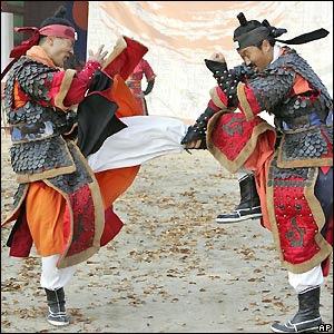 http://1.bp.blogspot.com/_hgvQueUWiV0/R0KZToiedoI/AAAAAAAAAIg/d2WnNA2bnzg/s400/South+Korean+martial+arts+experts+in+traditional+uniforms.jpg