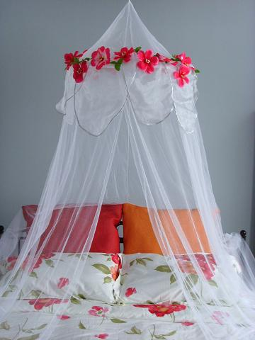 The Yahoos At Apartment Therapy Ran A Feature The Other Day About Hanging  Mosquito Netting Over A Bed Or Reading Look To Lend A Pretty, Soft, ...