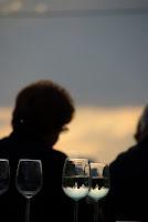 Weingläser bei Sonnenuntergang im Weinviertel