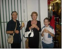 MI FAMILIA TOMANDO UNOS BOCATAS DE CHORIZO Y MORCILLA