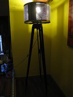 mon broc lampadaire design tr pieds. Black Bedroom Furniture Sets. Home Design Ideas