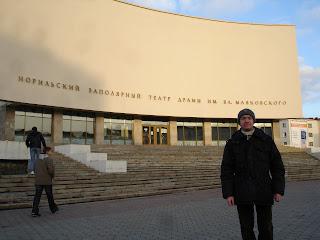 Я на фоне театра в Норильске