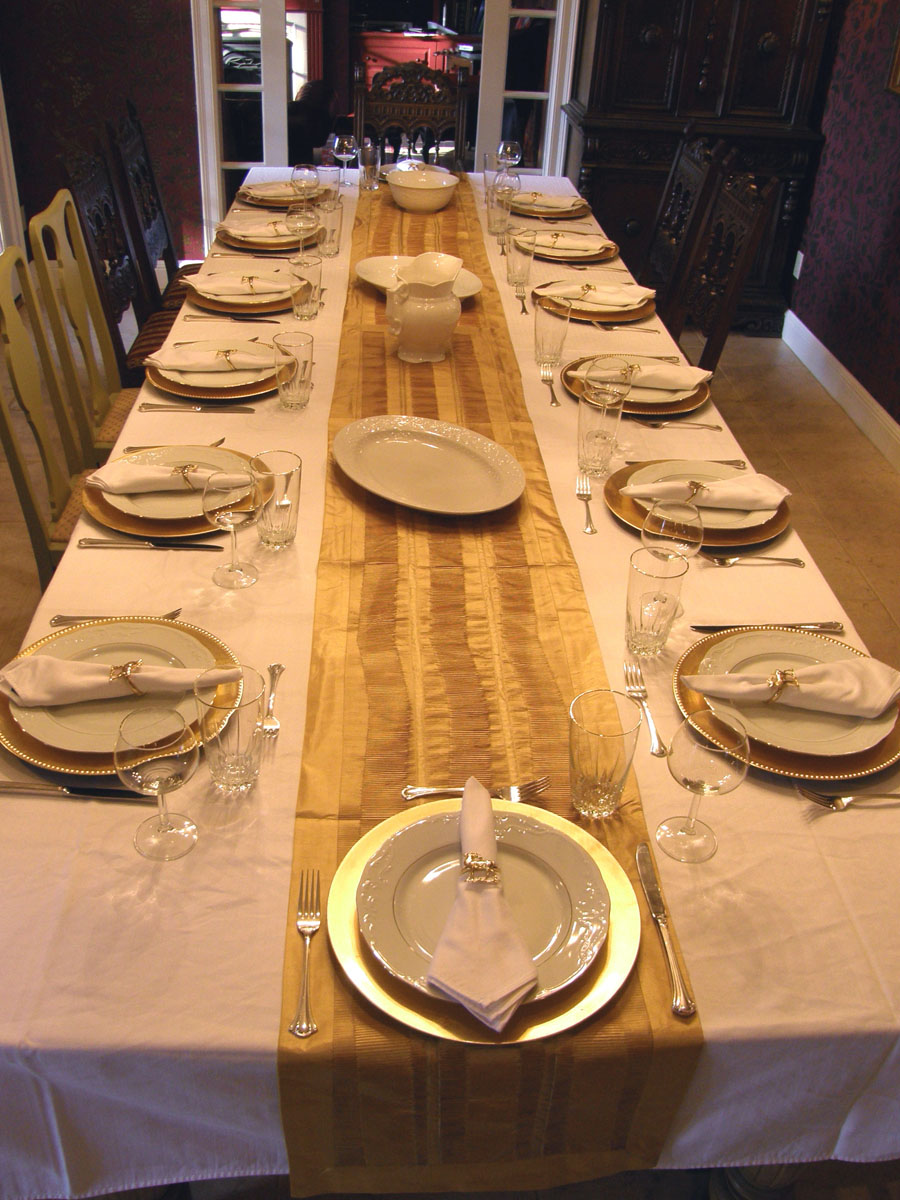 I set up the table last night for Thanksgiving. Now it is 4u0027 wide and 12u0027 long and seats 14 quite comfortably. Iu0027m sure I could seat even more if I used ... & Amongst The Oaks: Thanksgiving Table