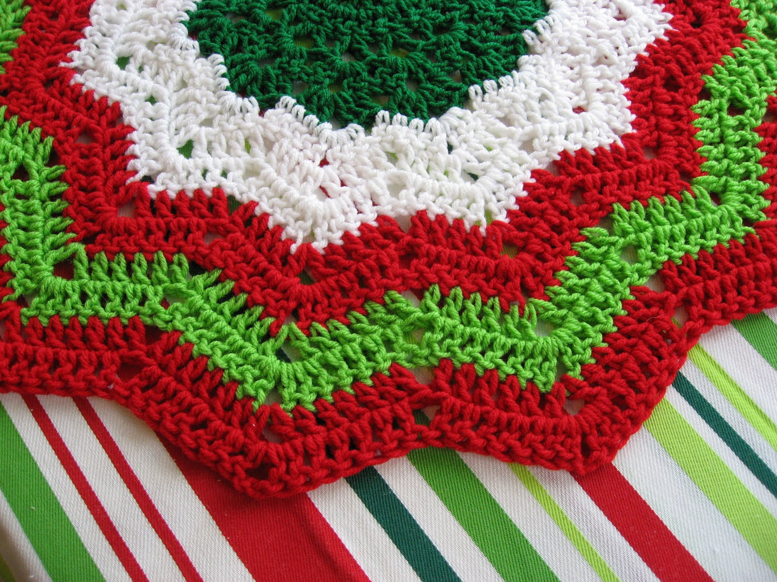 Free Crochet Pattern Christmas : CROCHETED CHRISTMAS TREE SKIRT PATTERNS - Crochet Club