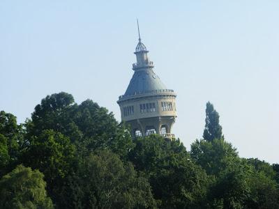 Blogul lui Joker:Turnul de pe Insula Margareta.este destul de inalt