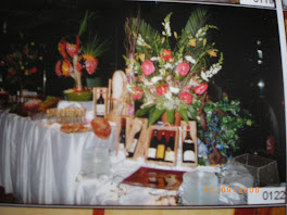 un buffet et des fleurs