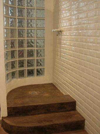douche réalisée en stuc ciment