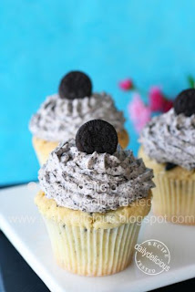 Oreo cupcake: Black and White, it's my delight!