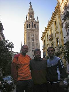 Partido, Calle y Carlos delante de la Giralda tras superar su reto