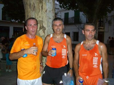 Los mismos tres corredores locales después de participar en la prueba