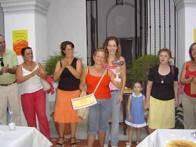 Pilar Oliva, vencedora,  con el jurado del concurso