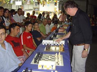 Simulténea de Ajedrez con el gran maestro Kevin Spraggett enfrentándose a 30 jugadores