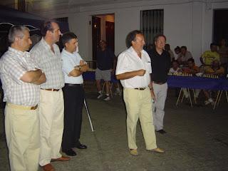 Alcalde; Teniente Alcalde Fernando Jiménez; delegado de Deportes, Serafín García con el gran maestro de Ajedrez antes de comenzar la prueba