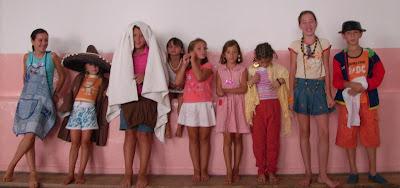 Alumnos disfrazados para intervenir en el Taller de Cine