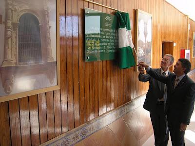 El Alcalde y el Viceconsejero de Educación descubriendo la placa inaugural