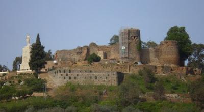 Vista del Castillo de Constantina desde la localidad