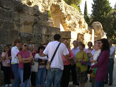 Explicaciones del guía turístico en Itálica