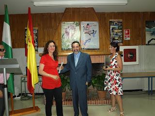 José Antonio Meléndez propietario de TECO, S.L. y la concejal de Educación, Eva Castillo, entregando el primer premio