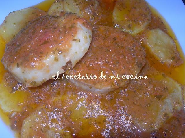 medallones de merluza con tomate, ajo y perejil