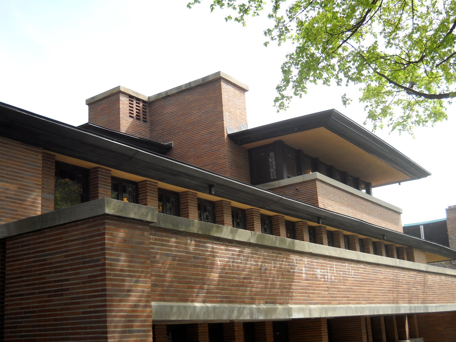 robie house W hen frederick robie commissioned frank lloyd wright to design a home for him and his growing family in 1908, neither man knew that the home's iconic design would.
