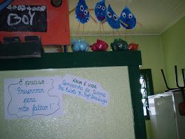 Gotinhas de água trazendo sua mensagem para as crianças da escola.