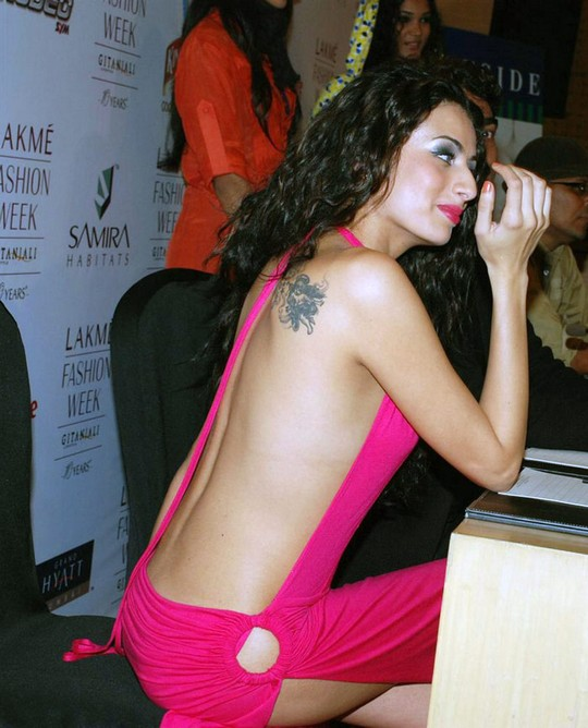 Bollywood Actress Shocking Pia Trivedi without a Panty