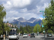 Banff é um local de férias do premier Montanhas Rochosas canadenses, . (banff avenue sulphur mountain)