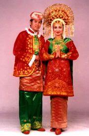 Di Sumatra barat, terdapat beberapa variasi busana adat pernikahan ...