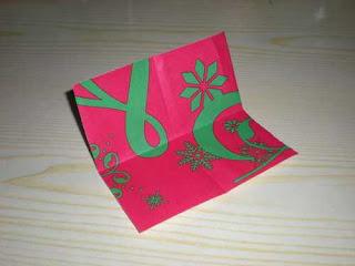 kertas di atas kertas lain Mulailah dengan melipat kertas menjadi