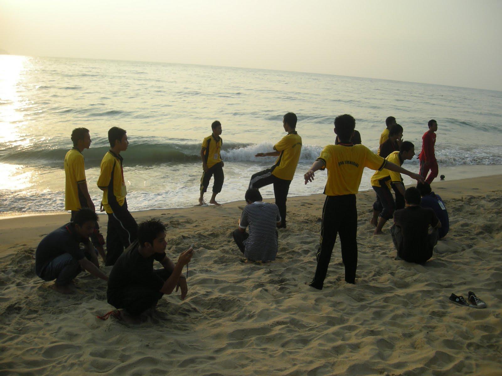 peserta sedang bersenamrobik ditepi pantai