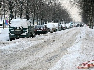 Очень много снега-машины стоят у домов
