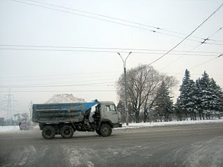 на камазах вывозят снег из города