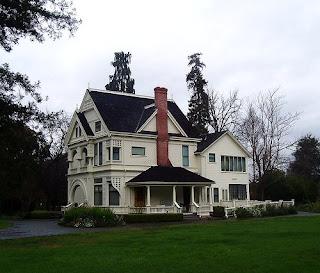 У дома есть крыша, стены, окна, пол, фундамент, крылечко, этажи, труба